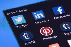 Ecran avec application de réseaux sociaux
