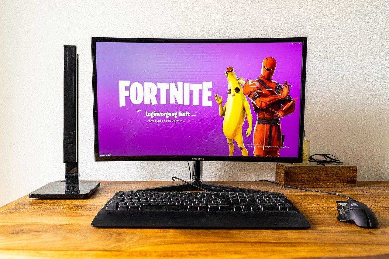 Ecran d'ordinateur avec en fond jeu Fortnite