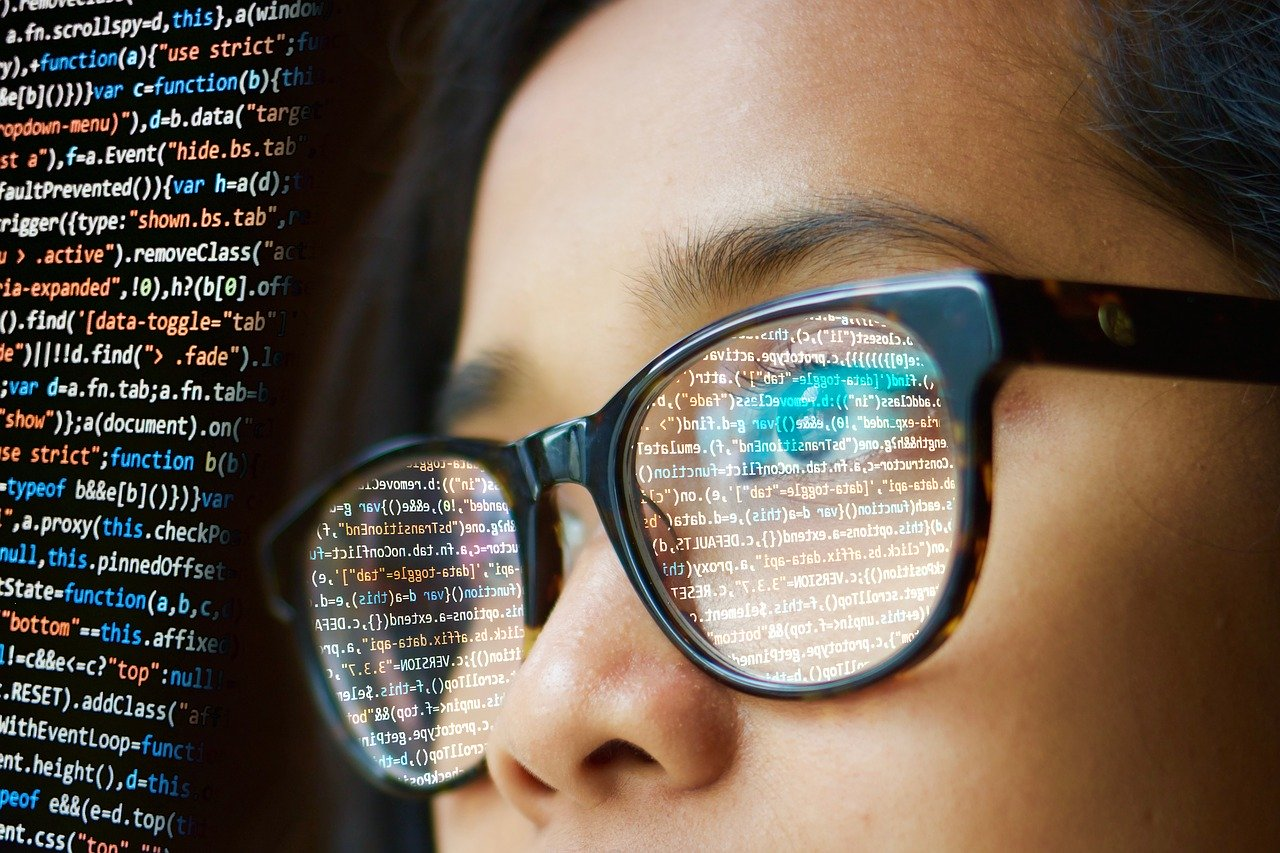 Femme lisant code informatique