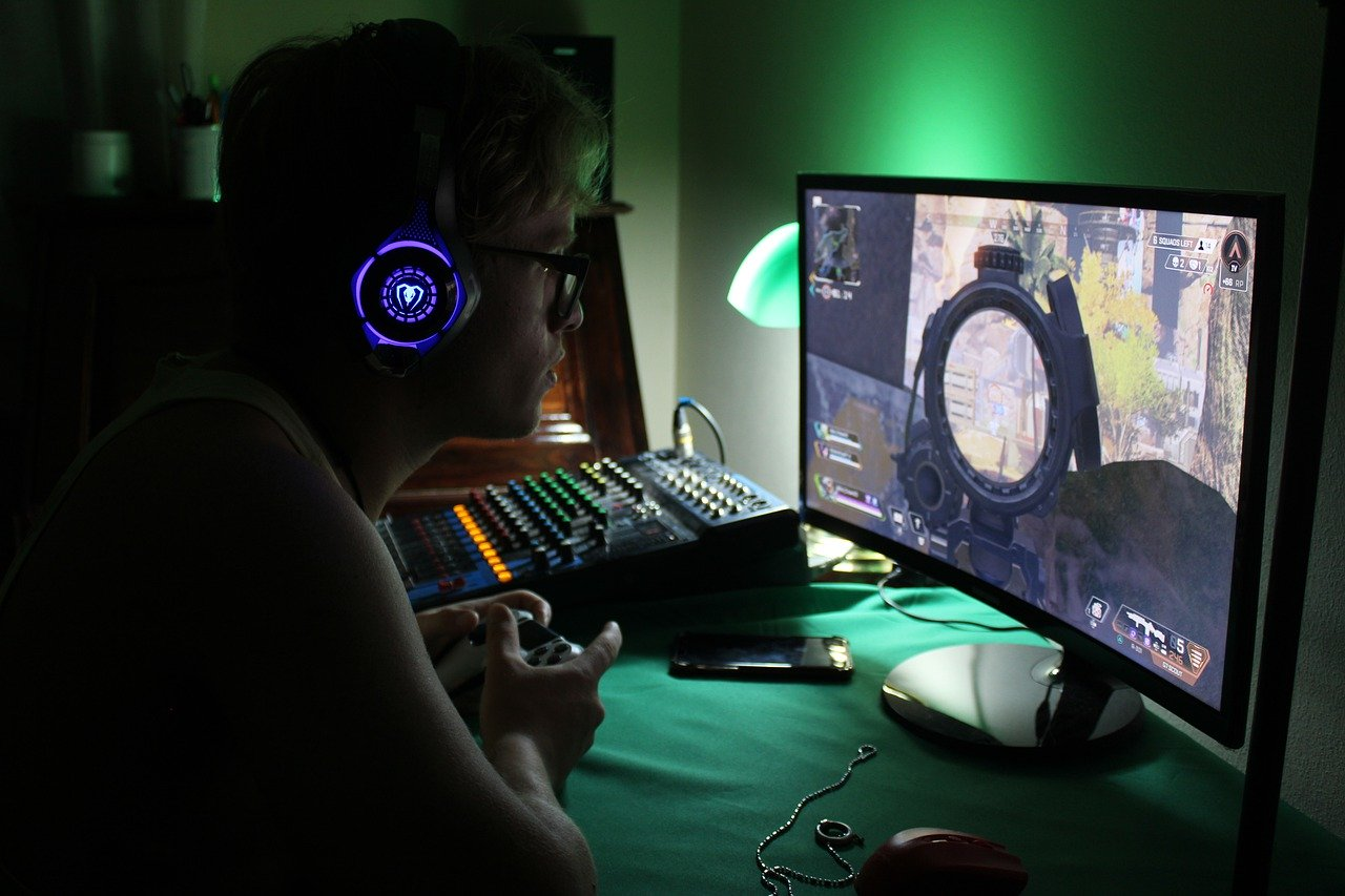 Gamer entrain de jouer à un jeu vidéo