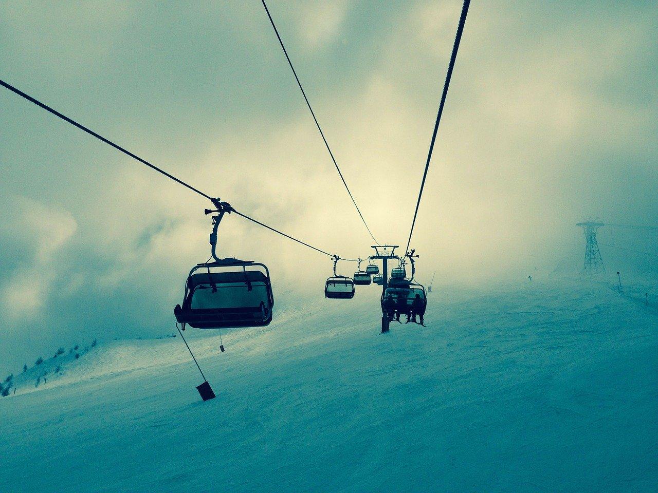 Vacances au ski en hiver, télésiège