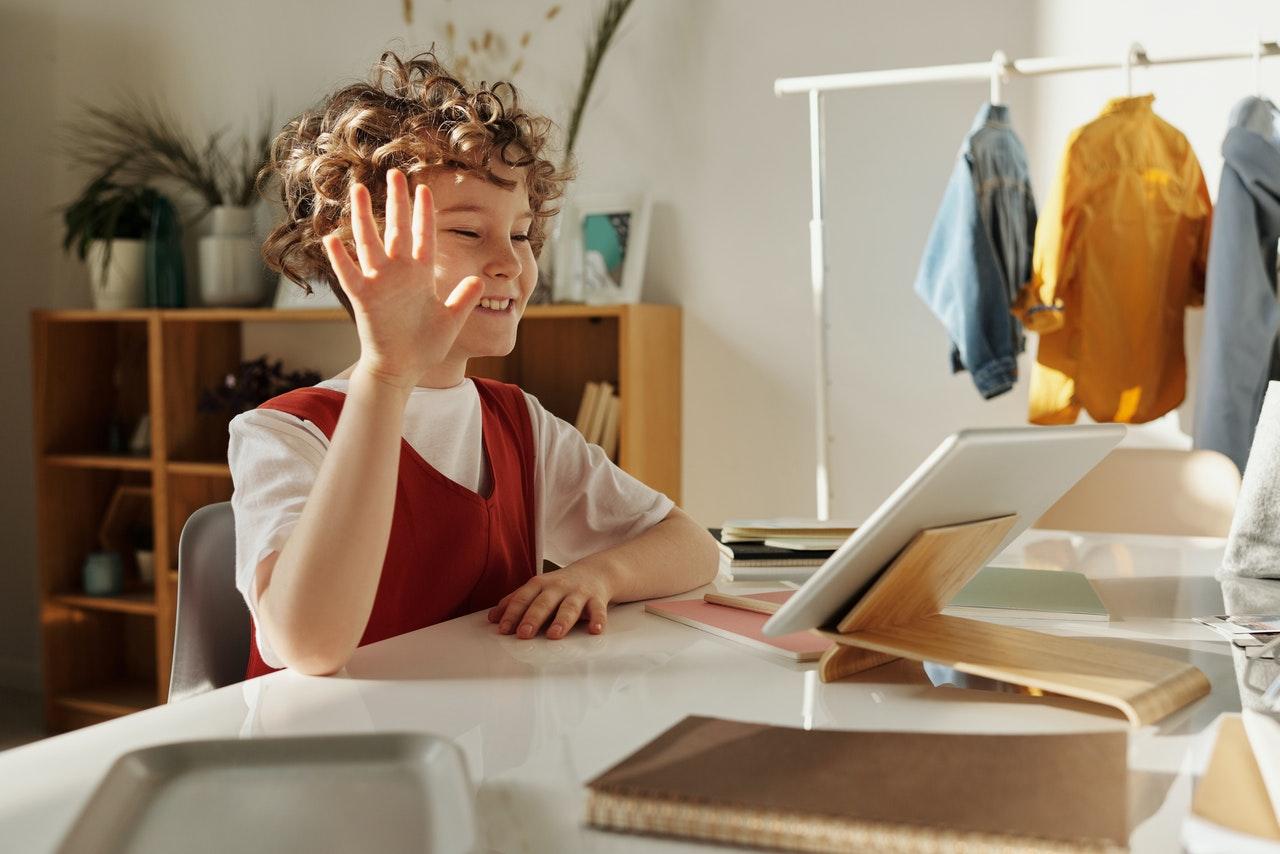 Petite fille devant son écran d'ordinateur