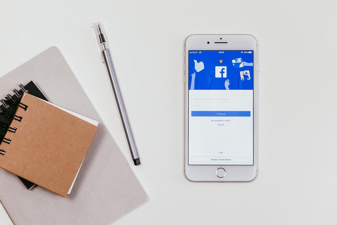 Smartphone posé sur table avec application facebook ouverte