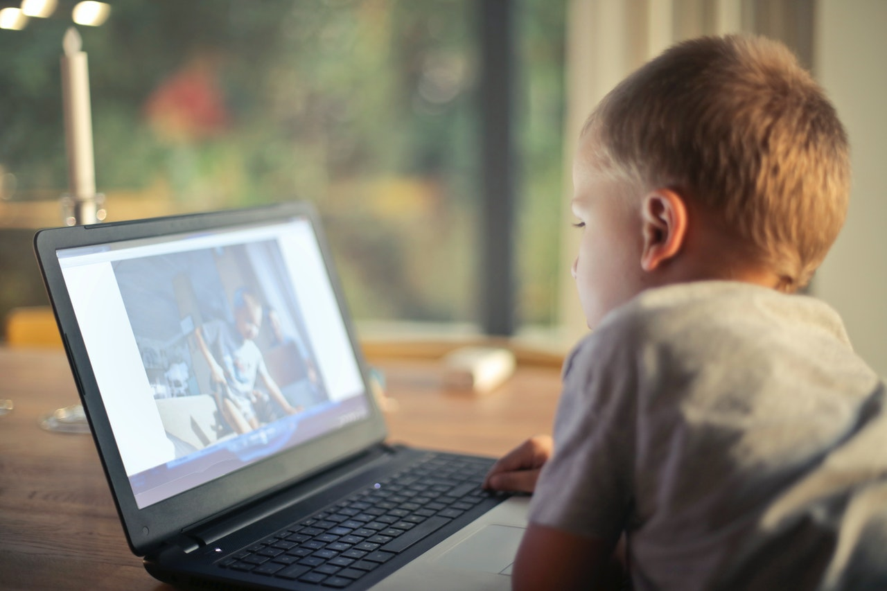 petit garçon utilisant un ordinateur