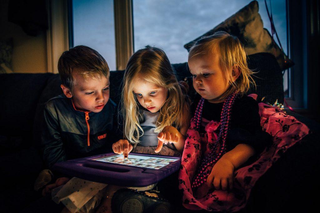 Jeunes enfants sur une tablette jouant