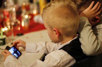 enfant sur son téléphone portable